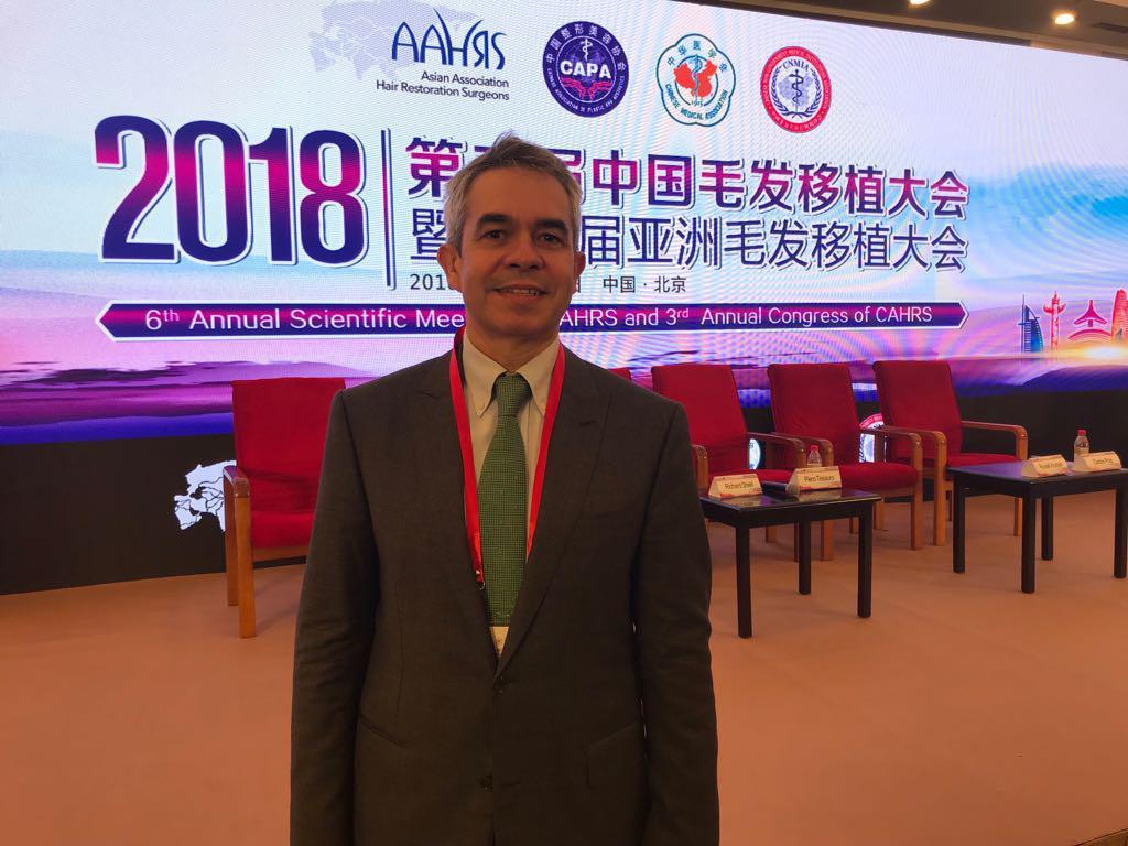 """El Dr. Jiménez Acosta en China, en el """"Congreso Anual Científico y de Cirugía en Vivo"""" de la Sociedad Asiática de Cirujanos de Restauración Capilar"""